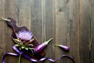 アーティーチョークの花と紫色の夏野菜とまな板の写真素材 [FYI01169036]