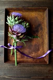 2輪のアーティーチョークの花と錆びたトレーの写真素材 [FYI01169046]