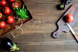 錆びたトレーにのせたトマトとまな板の写真素材 [FYI01169054]