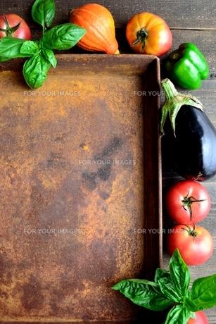 トマトと夏野菜とバジルリーフと錆びたトレーの写真素材 [FYI01169060]