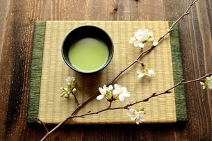 畳の上の抹茶と桜の写真素材 [FYI01169074]