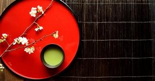 漆塗りのおぼんにのせた桜と抹茶の写真素材 [FYI01169078]