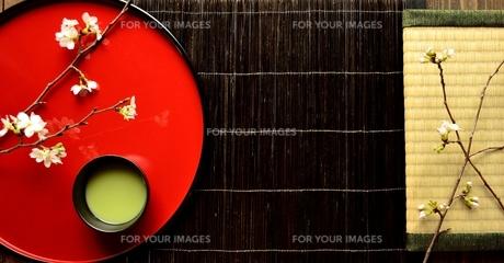 漆塗りのおぼんにのせた桜と抹茶と畳の写真素材 [FYI01169080]