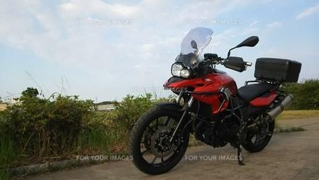 アドベンチャーバイク  BMW GS700  青空とバイクの写真素材 [FYI01169099]