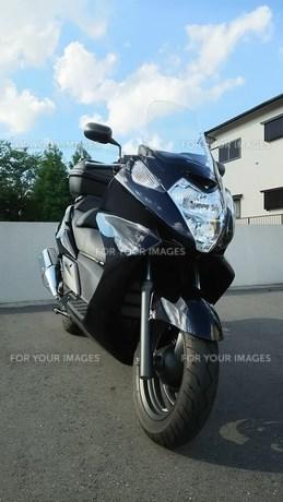 青空とビッグスクーター  ホンダ シルバーウィング600の写真素材 [FYI01169110]