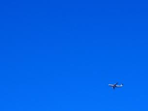 青空と飛行機の写真素材 [FYI01169468]