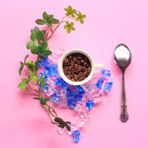 カップの中のコーヒー豆の写真素材 [FYI01169577]