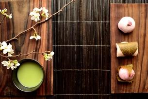 桜の和菓子と抹茶と桜の写真素材 [FYI01169680]