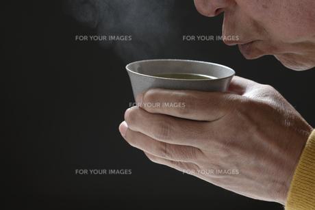 日本茶を飲むシニアの写真素材 [FYI01169710]