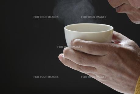 日本茶を飲むシニアの写真素材 [FYI01169711]