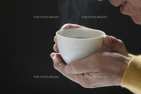 日本茶を飲むシニアの写真素材 [FYI01169712]