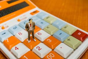 電卓の上に立つ男性の写真素材 [FYI01169749]