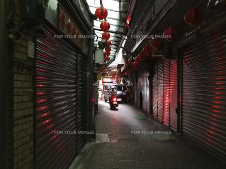 背景 風景 路地 海外 素材 商店街 シャッター 台湾 九份の写真素材 [FYI01169910]