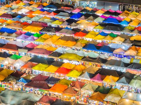 タイ ナイトマーケットの写真素材 [FYI01169957]