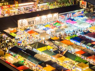タイ ナイトマーケットの写真素材 [FYI01169960]