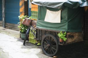 風景 背景 路地 素材 レトロ 旅 旅行 トラベル アジア 台湾 新北市の写真素材 [FYI01170045]