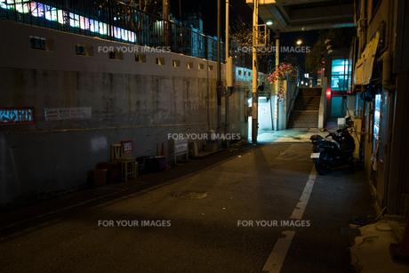 深夜の坂道の写真素材 [FYI01170047]