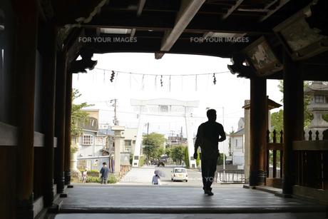 神社を出る男の写真素材 [FYI01170314]