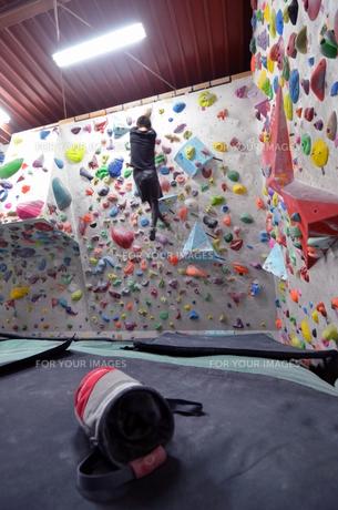ボルダリングジムで登る男の写真素材 [FYI01170322]