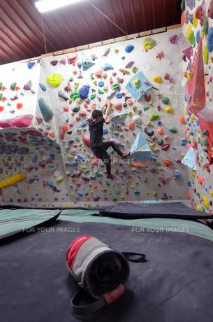ボルダリングジムで登る男の写真素材 [FYI01170323]