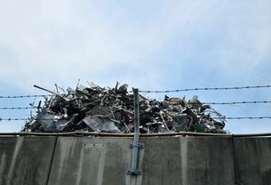 青空と廃棄物の写真素材 [FYI01170362]
