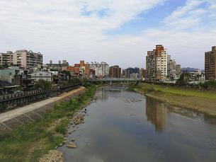 風景 背景 川 街 河川敷 橋 トラベル 海外 旅 旅行 アジア 台湾 素材の写真素材 [FYI01170525]