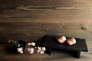 桜餅と桜の枝の写真素材 [FYI01170582]
