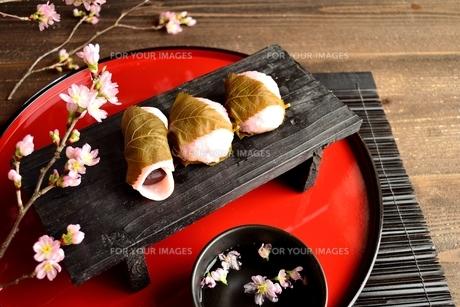 赤いおぼんの上の桜餅の写真素材 [FYI01170597]