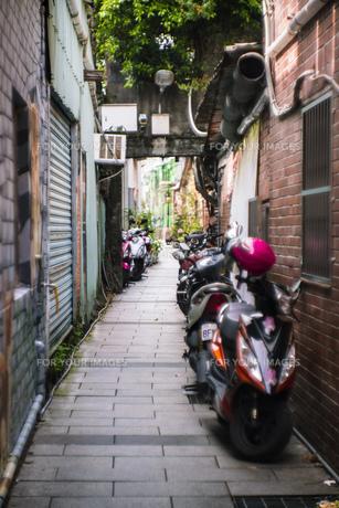 風景 背景 路地 ブロック レトロ 素材 海外 旅 トラベル 旅行 アジア 台湾の写真素材 [FYI01170653]