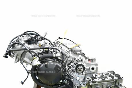 V型エンジンの分解修理の写真素材 [FYI01170715]