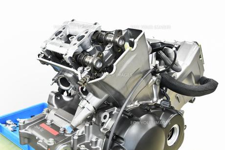 V型エンジンの分解修理の写真素材 [FYI01170716]