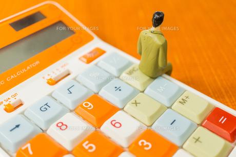 電卓に座る男性の写真素材 [FYI01170879]