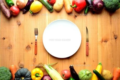 白い皿と野菜いろいろ 木材背景の写真素材 [FYI01170946]
