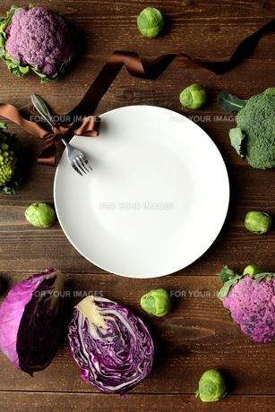 紫色の野菜と緑の野菜と白皿の写真素材 [FYI01170957]