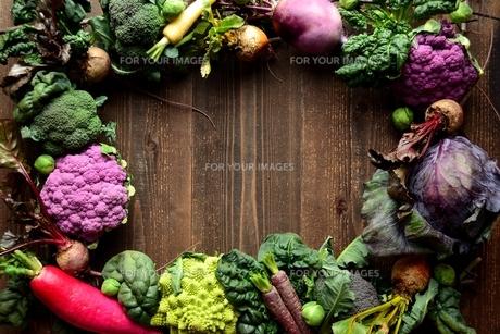紫色の野菜と緑の野菜 フレームの写真素材 [FYI01170962]