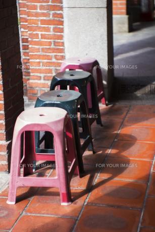 風景 背景 路地 レンガ レトロ 椅子 チェア 素材 通り 屋外 トラベル 旅 旅行 アジア 台湾の写真素材 [FYI01171016]
