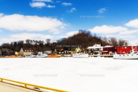 風景 背景 雪 氷 港 氷結 冬 雪景色 晴れ 船 屋外 海外 北米 カナダ オンタリオ ポートスタンレー レイクエリーの写真素材 [FYI01171208]