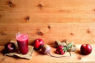 林檎とビーツのジュースの写真素材 [FYI01171263]