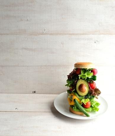 野菜のバーガー 白木材背景の写真素材 [FYI01171301]