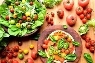 トマトいろいろとピザとサラダの写真素材 [FYI01171606]