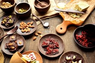 ローチョコレートとナッツ類と材料の写真素材 [FYI01171647]