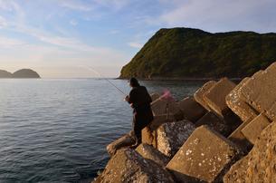 夕暮の和歌山湾の釣り人の写真素材 [FYI01171741]