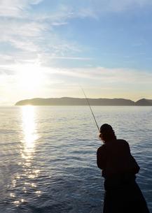 夕暮の和歌山湾の釣り人の写真素材 [FYI01171743]