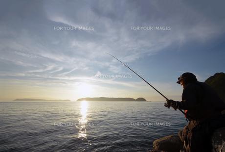 夕暮の和歌山湾の釣り人の写真素材 [FYI01171744]