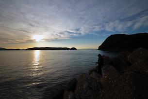 夕暮の和歌山湾の釣り人の写真素材 [FYI01171747]