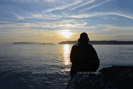 夕暮の和歌山湾の釣り人の写真素材 [FYI01171748]