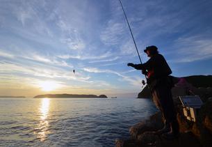夕暮の和歌山湾の釣り人の写真素材 [FYI01171750]
