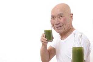 青汁を飲むシニアの写真素材 [FYI01171921]