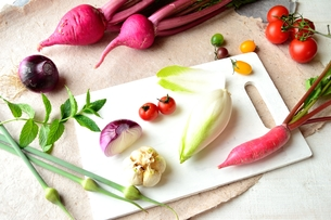 まな板の上に並んだ野菜の写真素材 [FYI01171972]