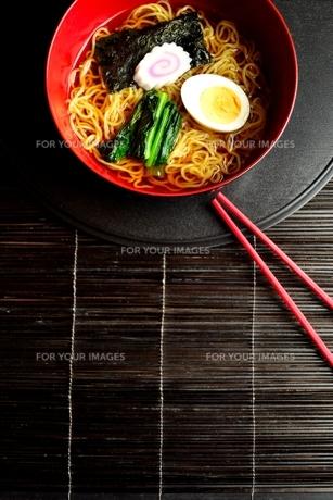 ラーメンと赤い箸 黒まきす背景の写真素材 [FYI01172031]